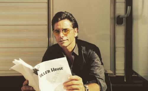 """""""Fuller House"""": ¡John Stamos comparte una fotografía del rodaje en las redes sociales!"""