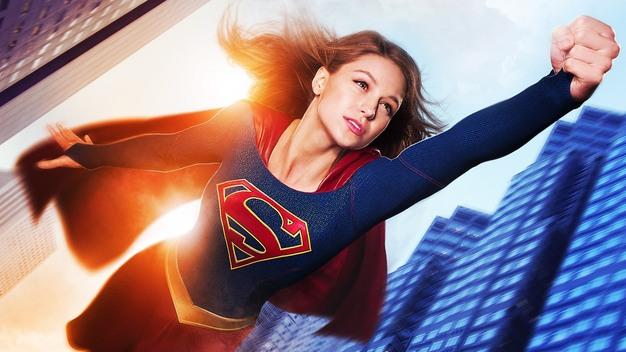 Superman y supergirl vuelan juntos en un nuevo  tráiler