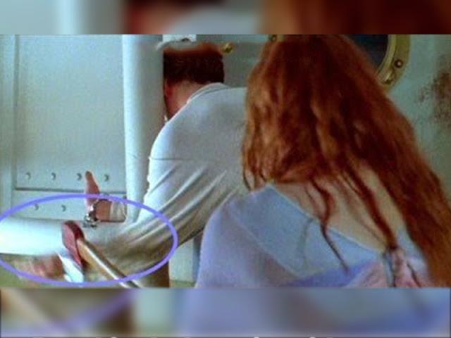 Rose le da en la muñeca a Jack con el hacha